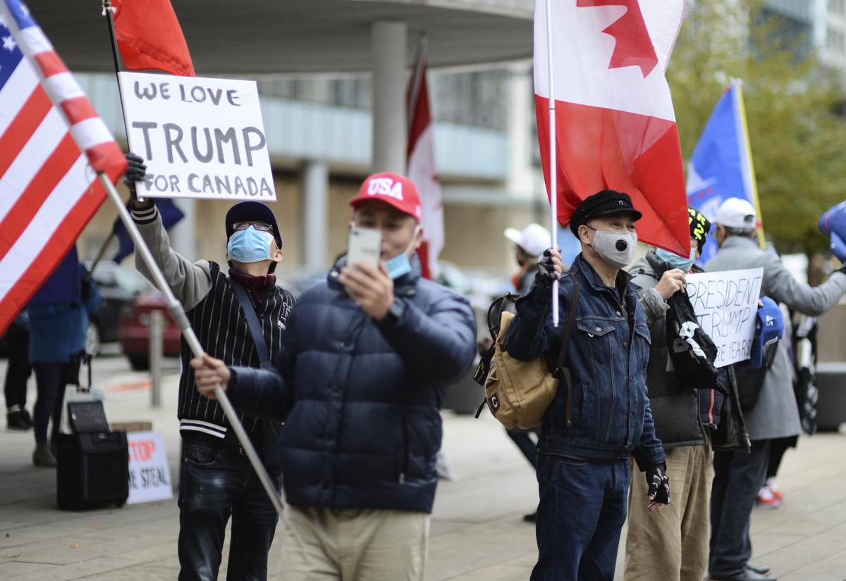 2020年11月14日,數十位加拿大華裔聚集在溫哥華藝術館北廣場舉行集會,表達對特朗普的支持。(大宇/大紀元)