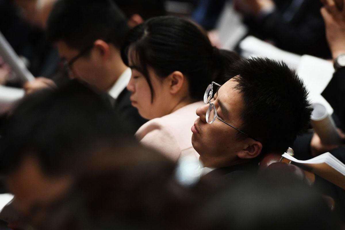 預計《外商投資法》將於周五(3月15日)在人大橡皮圖章會上表決通過成為法律,並快速實施。圖為2019年與會的人大代表在會場上很自覺地睡著了。(GREG BAKER/AFP/Getty Images)