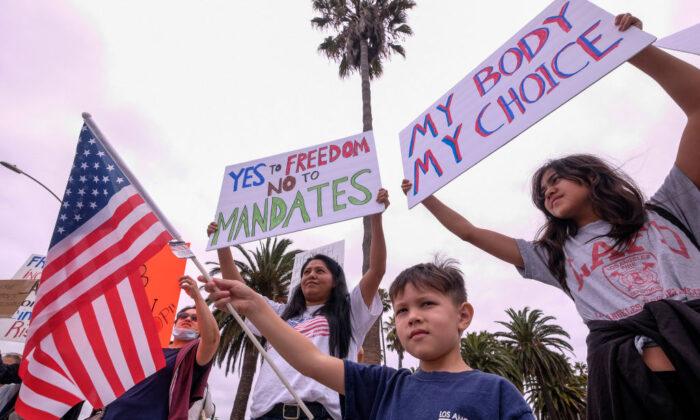 2021年8月21日,在加州聖莫尼卡(Santa Monica),抗議者集會反對強制接種疫苗。(Ringo Chiu/AFP via Getty Images)