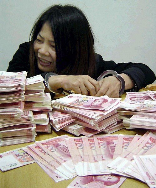 2005年福州公安局抓獲的一位假人民幣販賣者,然而比起福州市公安副局長王振忠貪污受賄的上億人民幣,真是小巫見大巫。(Getty Images)