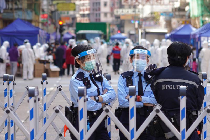 中共病毒在香港爆發,佐敦、油麻地2021年1月23日清晨5時局部封區,近萬名居民需要強制檢測,生活大受影響。(余鋼/大紀元)