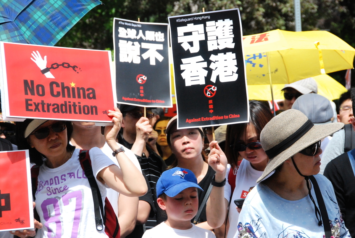 2019年夏天,加拿大華人在駐多倫多香港經貿處前抗議,聲援香港反送中民主運動。(伊鈴/大紀元)