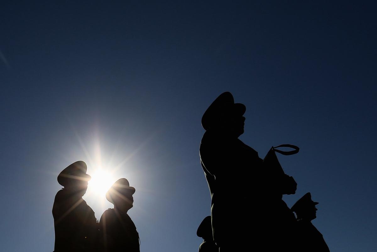中國面臨本國與外資出逃,國營企業、高官換美元把錢搬出國,外匯被自己人掏空。(Getty Images)