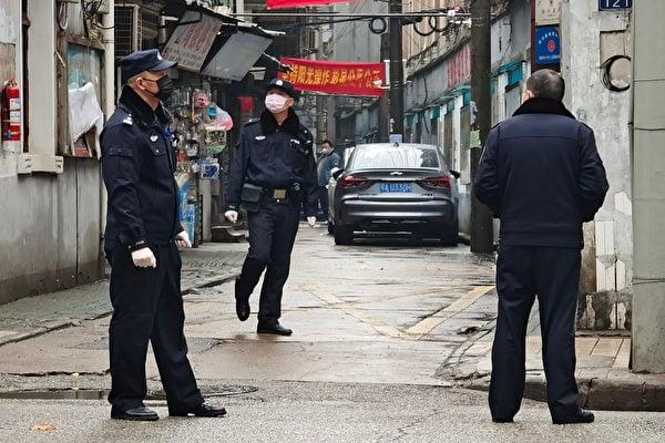 美國參議員沙利文在看過有關中共疫情數據的機密報告後發推文說,中共是全球的大問題。圖為2020年1月22日,警察在武漢街頭。 (Getty Images)