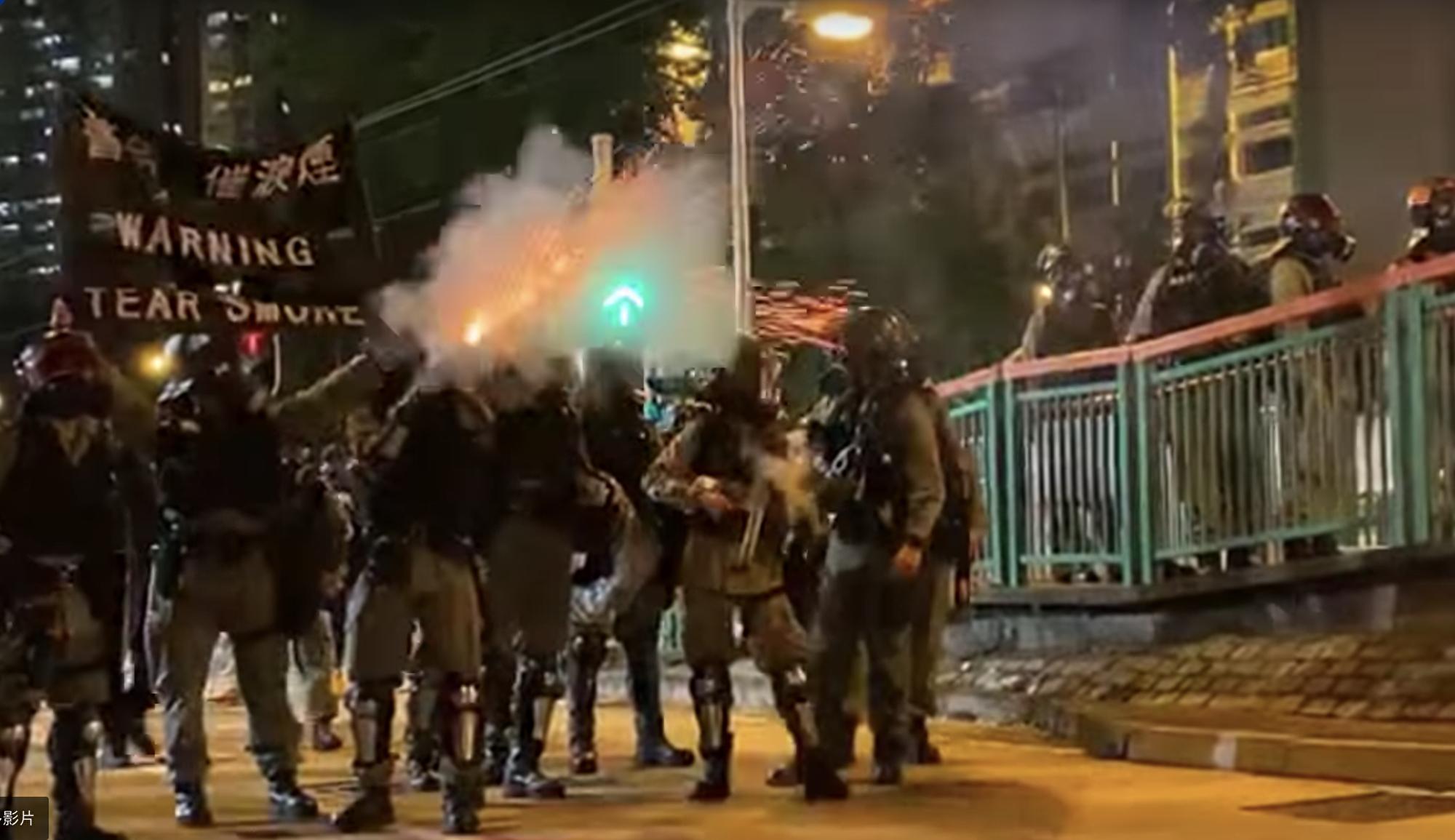 2019年10月21日,元朗事件三個月,警察舉黑旗發射催淚彈。(駱亞/大紀元)