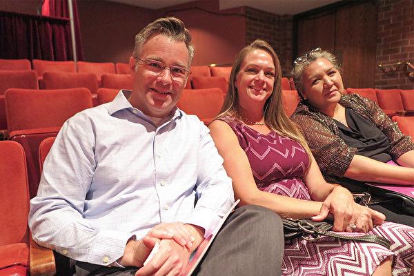 2021年7月31日下午,律師行首席律師Jon-Mark Patterson(左一)攜全家在科羅拉多州格里利欣賞神韻在當地的首場演出。(陳怡然/大紀元)