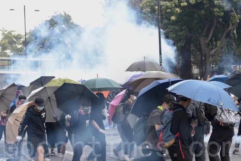 2019年11月18日,尖沙咀漆咸道南漫天催淚彈,空氣中盡是二噁英。抗爭者團結一致建立防線。(余天祐/大紀元)