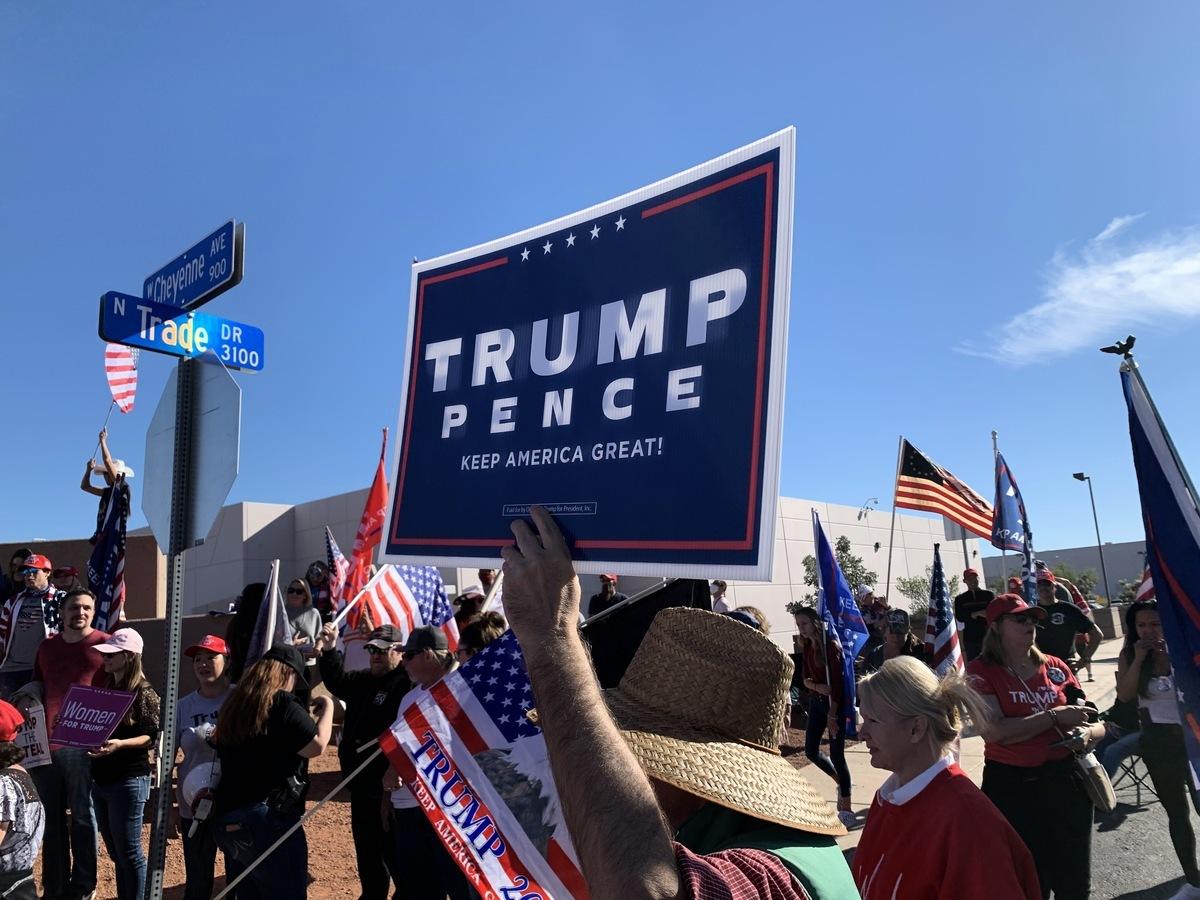 2020年11月14日,民眾們在克拉克縣位於拉斯維加斯的選舉辦公室總部大樓前,呼籲 「停止竊選」、支持特朗普連任。(姜琳達/大紀元)