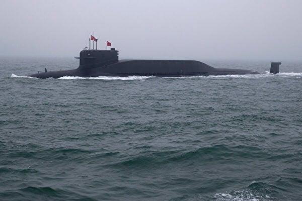 2019年4月23日,中國海軍的094型晉級核潛艇長征15號在中國山東省青島附近海域參加海軍閱兵。(Mark Schiefelbein/AFP via Getty Images)