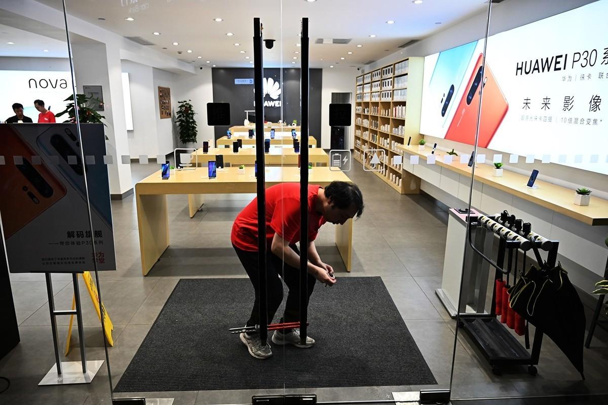 美國禁令的衝擊超乎預期,華為任正非預期未來兩年的收入將損失約300億美元。(HECTOR RETAMAL/AFP/Getty Images)