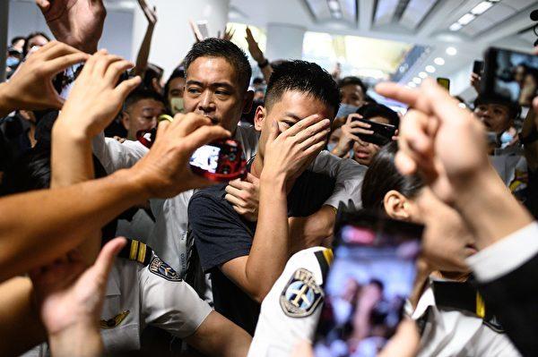 香港局勢上周被升級,中共通過不同渠道釋放鎮壓信號。外界擔心,香港民眾抗爭會發生像當年六四一樣的被中共血腥鎮壓。那麼,在香港問題上與當年六四屠殺前,中共在輿論方面和暴力策劃方面有何異同?香港會發生六四屠城嗎?圖為8月13日晚,港人抓住一名疑似大陸公安的男子。(PHILIP FONG/AFP/Getty Images)