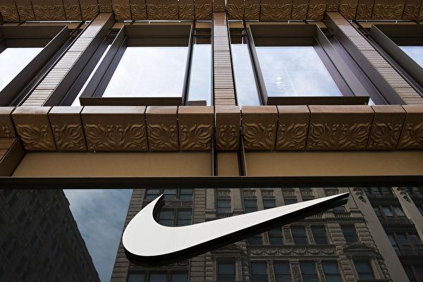 圖為Nike商標。 (Drew Angerer/Getty Images)