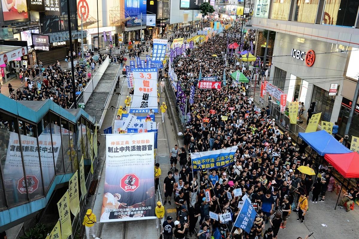 2019年7月1日,香港七一大遊行隊伍中的制止中共活摘器官橫幅。(宋碧龍/大紀元)