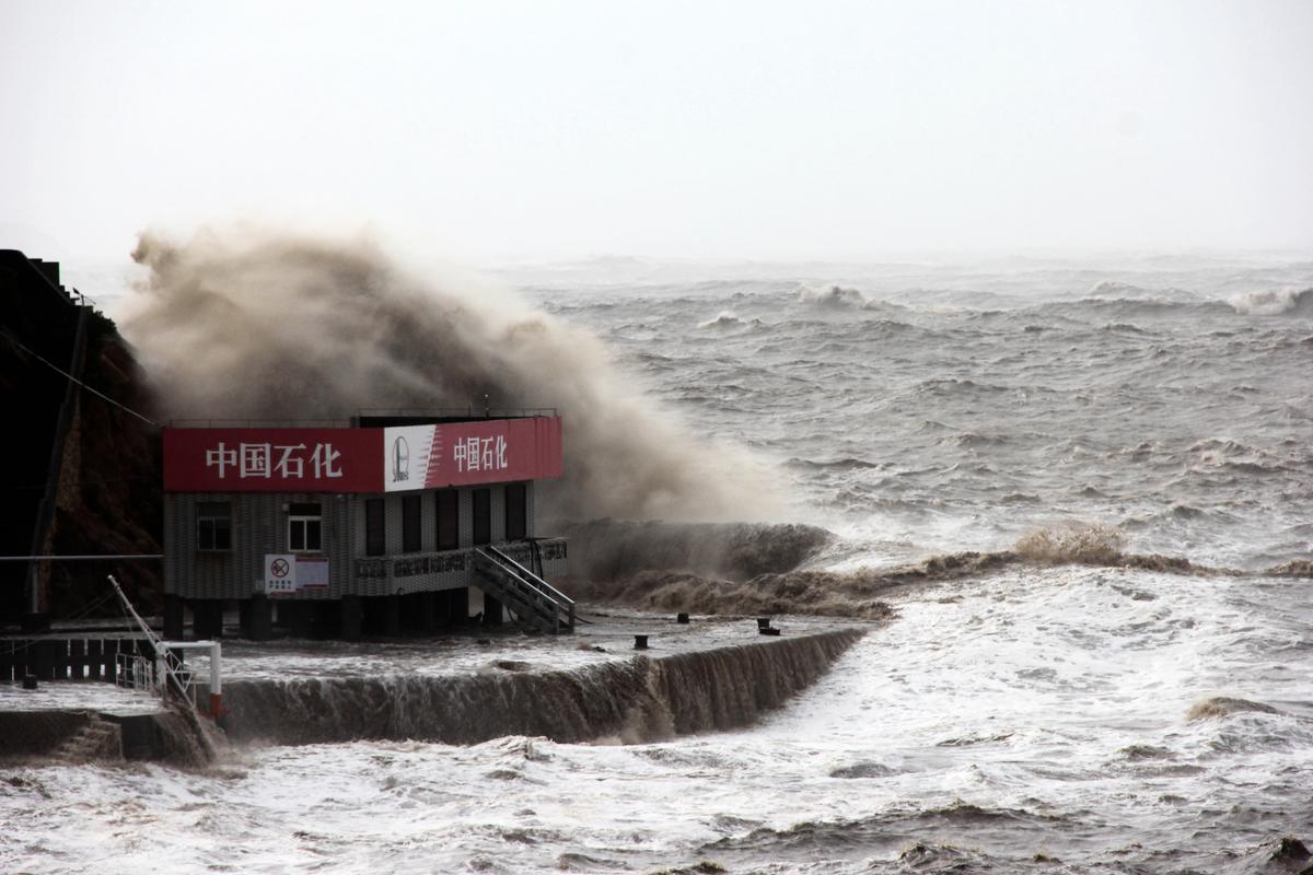 圖為颱風瑪麗亞於2018年7月11日肆虐中國東部浙江省溫嶺的一個中石化加油站。(AFP/Getty Images)