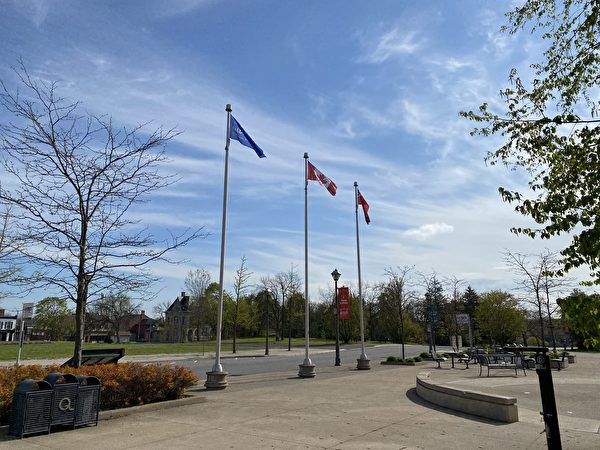 5月7日上午,世界著名景點尼亞加拉瀑布市政廳前升起「法輪大法日」旗幟,這是今年加拿大首個慶祝法輪大法日昇旗的城鎮。圖中藍白相間的旗是「法輪大法日」旗幟。(大紀元)