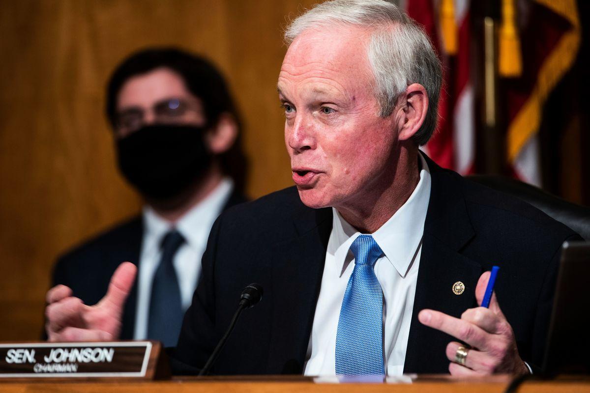 圖為美國參議院國土安全和政府事務委員會主席、威斯康辛州的共和黨籍參議員羅恩·約翰遜(Ron Johnson)主持2020年12月16日的美國大選違規行為聽證會。(JIM LO SCALZO/POOL/AFP via Getty Images)
