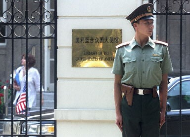 圖為北京的美國駐華大使館外面。(AFP PHOTO)