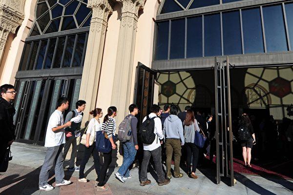 去年9月在美國被捕的中國公民季超群(Ji Chaoqun,音譯)2月1日在聯邦法院出庭。季被控秘密為中共情報官員工作,在美國境內招募工程師和科學家充當中共間諜。圖為中國留學生示意圖。(FREDERIC J. BROWN/AFP/Getty Images)