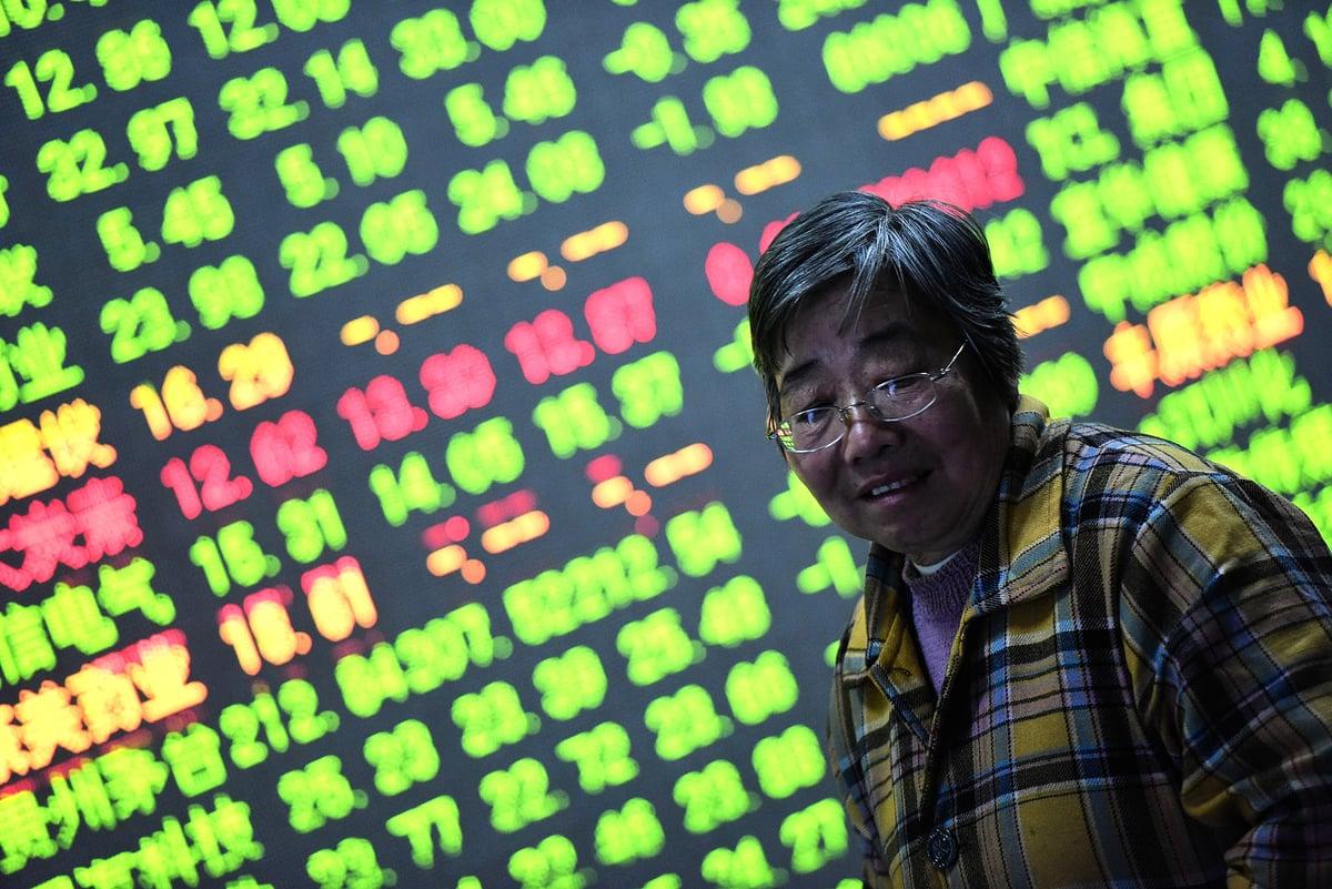 2015年11月27日浙江杭州一家證券交易所中的股票市場走勢。(AFP/Getty Images)