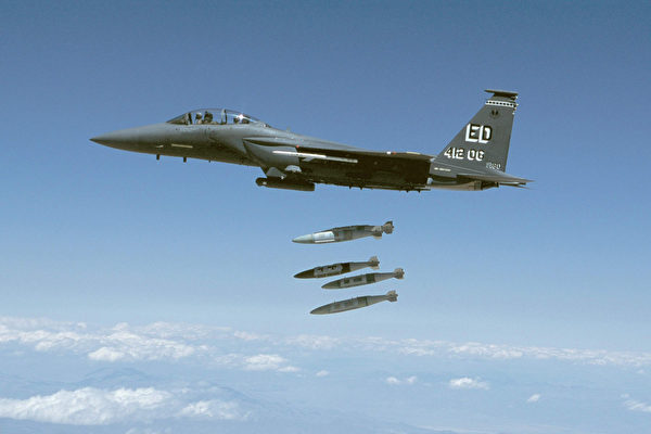 圖為2002年4月30日,一架 F-15 Eagle戰機在美國加州測試投放GPS制導2000磅炸彈。(Photo By Usaf/Getty Images)
