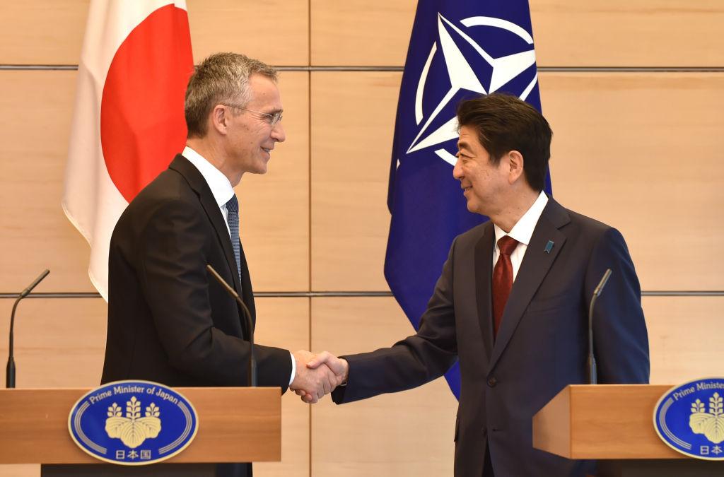 日本周一加入北約網絡聯盟演習。圖為北約秘書長延斯·斯托爾滕貝格(Jens Stoltenberg,左)與日本首相安倍晉三(右)2017年10月31日在東京發表聯合新聞聲明後握手。(KAZUHIRO NOGI/AFP/Getty Images)