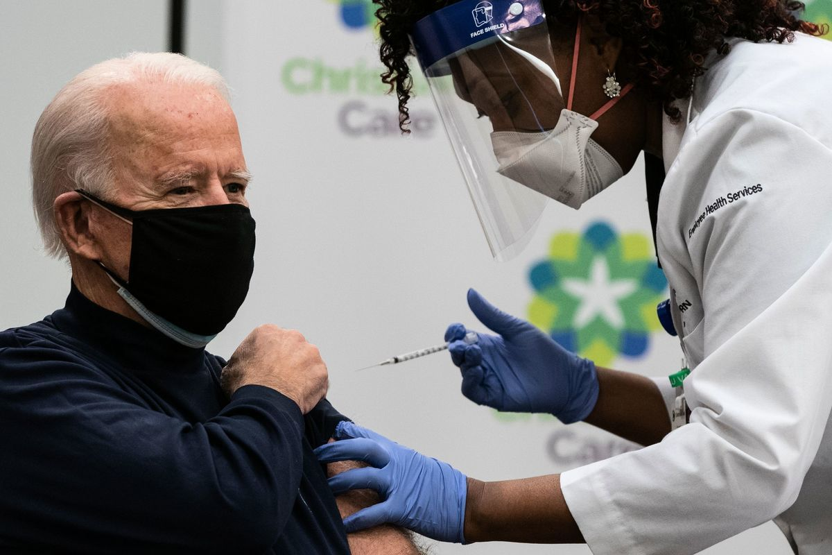 2020年12月21日,祖拜登在特拉華州紐瓦克市(Newark)克里斯蒂安娜護理中心(Christiana Care campus)接受泰貝‧梅斯(Tabe Mase)的中共病毒疫苗接種。(ALEX EDELMAN/AFP via Getty Images)