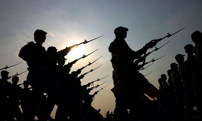 2005年9月20日,中國廣東省廣州大學的新生們參加軍訓。(China Photos/Getty Images)