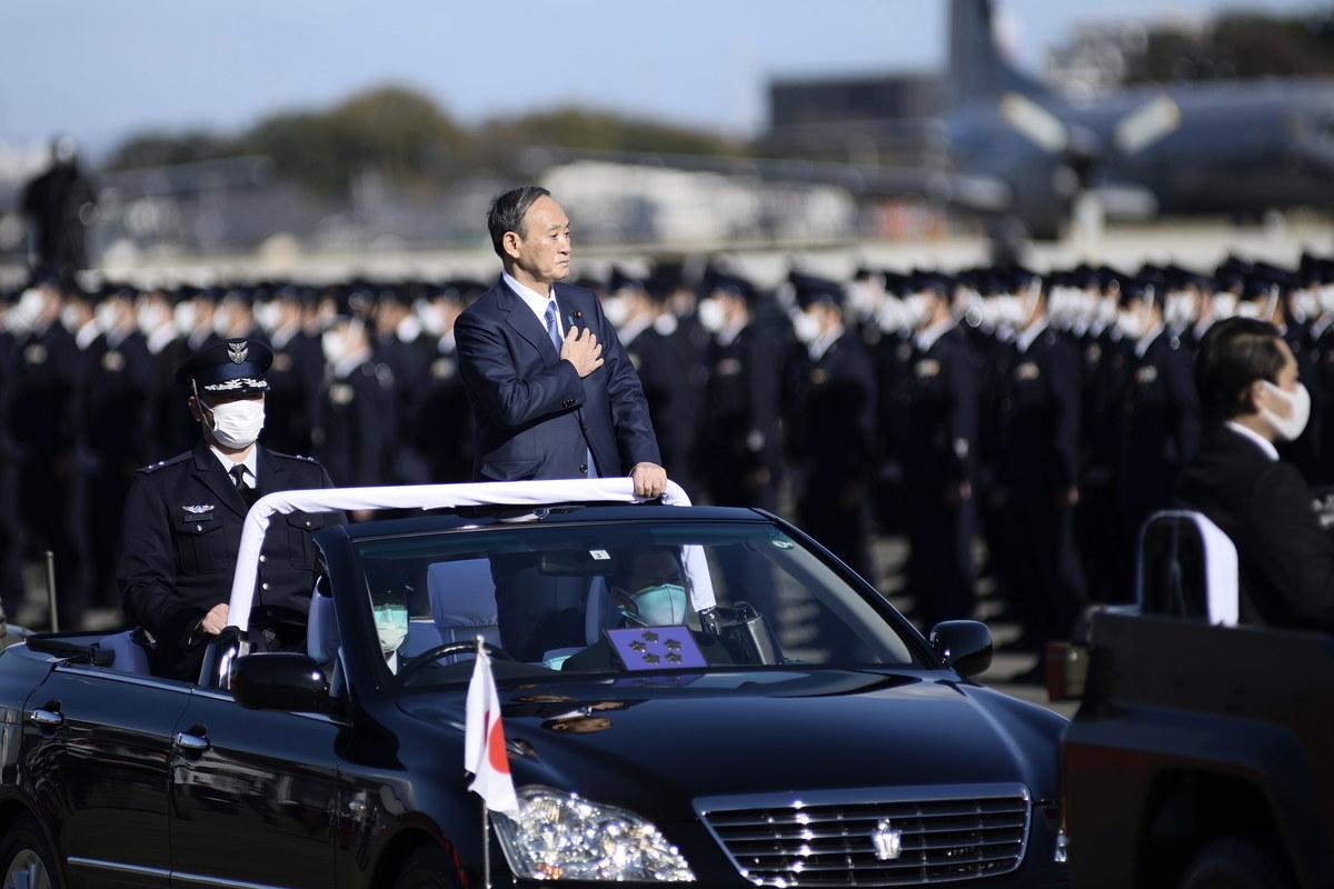 2020年11月28日,日本首相菅義偉在埼玉縣自衛隊基地檢閱日本航空自衛隊。(DAVID MAREUIL / POOL/AFP via Getty Images)
