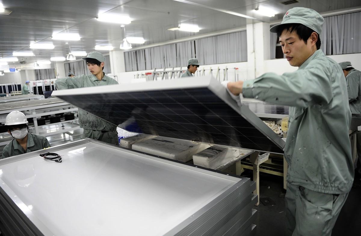 中國部份行業因政府補貼而積極擴大規模、提高產能,最終導致出現巨額債務。太陽能電池板就是一個典型的例子。(PETER PARKS/AFP)