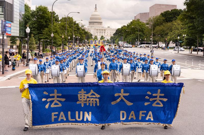 2019年7月18日,來自美東和美中地區的部份法輪功學員聚集在華盛頓DC美國國會西邊草坪,舉行法輪功反迫害20周年大型集會活動。集會後,法輪功學員舉行盛大遊行。(戴兵/大紀元)