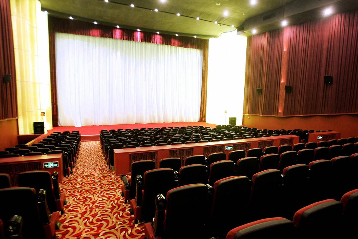 為保經濟,中共要求影院3月恢復營業,實行隔排隔座售票,但最新消息顯示,當局現在又突然叫停。圖為中國北京的大觀樓影城。(STR/AFP via Getty Images)