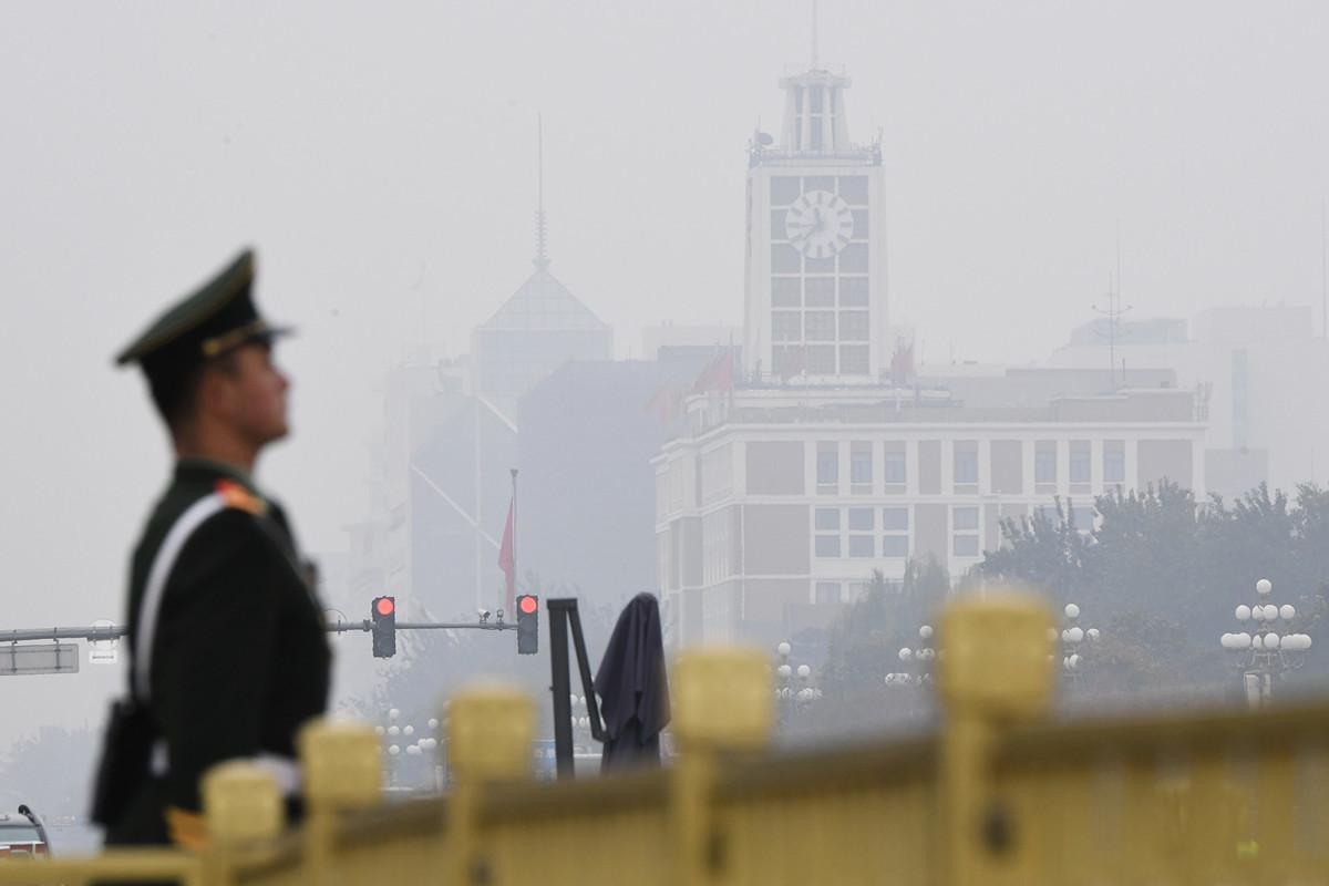 今天的大陸人民,仍然生活在一個沒有任何自由的黑暗國度裏。圖為2017年10月25日,北京天安門廣場上的一名衛兵。(GREG BAKER/AFP/Getty Images)
