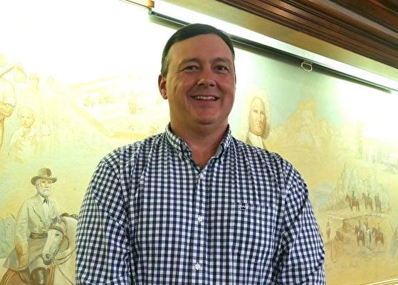 2021年3月21日,美國維珍尼亞州斯波特夕法尼亞縣委員會主席凱文·馬歇爾(Kevin Marshall)在政府會議大廳。(李辰/大紀元)