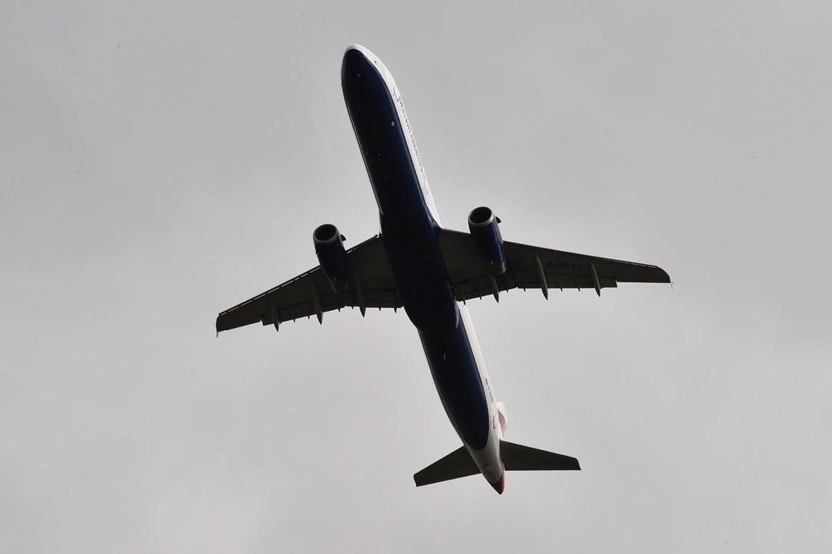 儘管中共肺炎疫情導致乘客需求減少,但基於相關規定,歐洲航空公司還是必須在虧本的情況下經營某些無乘客航班。圖為2017年3月2日,英國航空公司(British Airways)一架飛機飛行於法國上空。(PASCAL PAVANI/AFP via Getty Images)