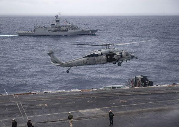 2020年11月20日至24日,印度海軍的1架MH-60S海鷹直升機正降落在尼米茲號航空母艦(CVN 68)上,旁邊是澳洲海軍護衛艦巴拉瑞特號(FFH 155),三國海軍正在共同演練。(美國印太司令部)