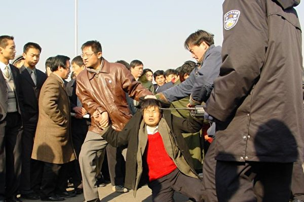 一位法輪功學員在北京天安門廣場被便衣警察毆打。(明慧網)