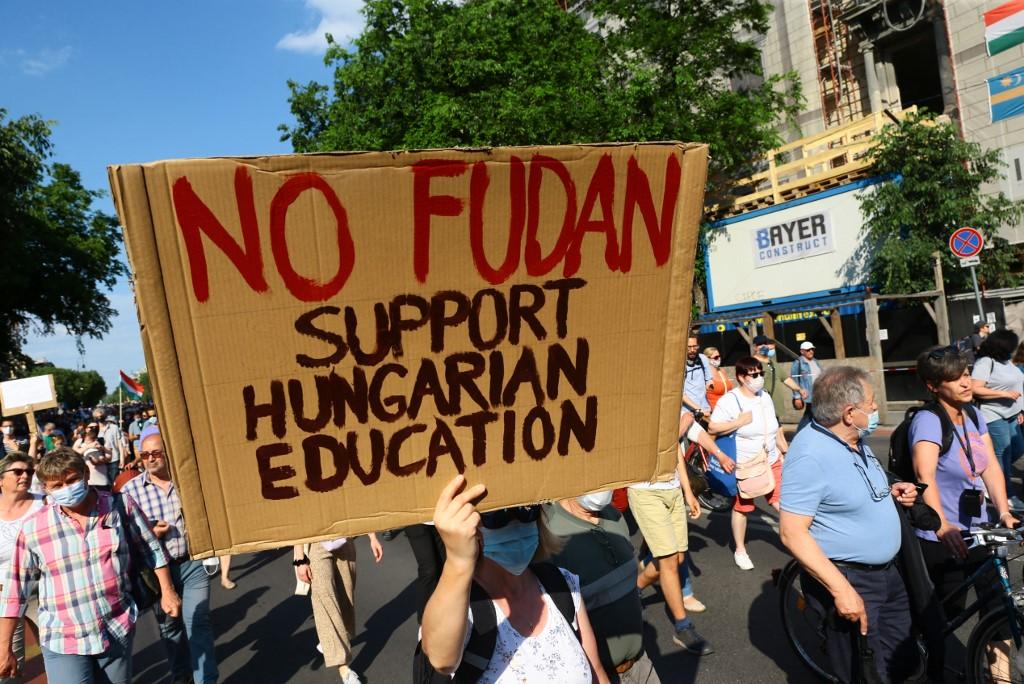 圖:2021年6月5日,聚集在匈牙利布達佩斯市中心的抗議者舉著用匈牙利語寫著「不要復旦」的標語牌。(Laszlo Balogh/AP Photo)
