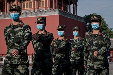 2020年5月22日,武警在故宮入口旁行進。(Nicolas Asfouri/AFP via Getty Images)