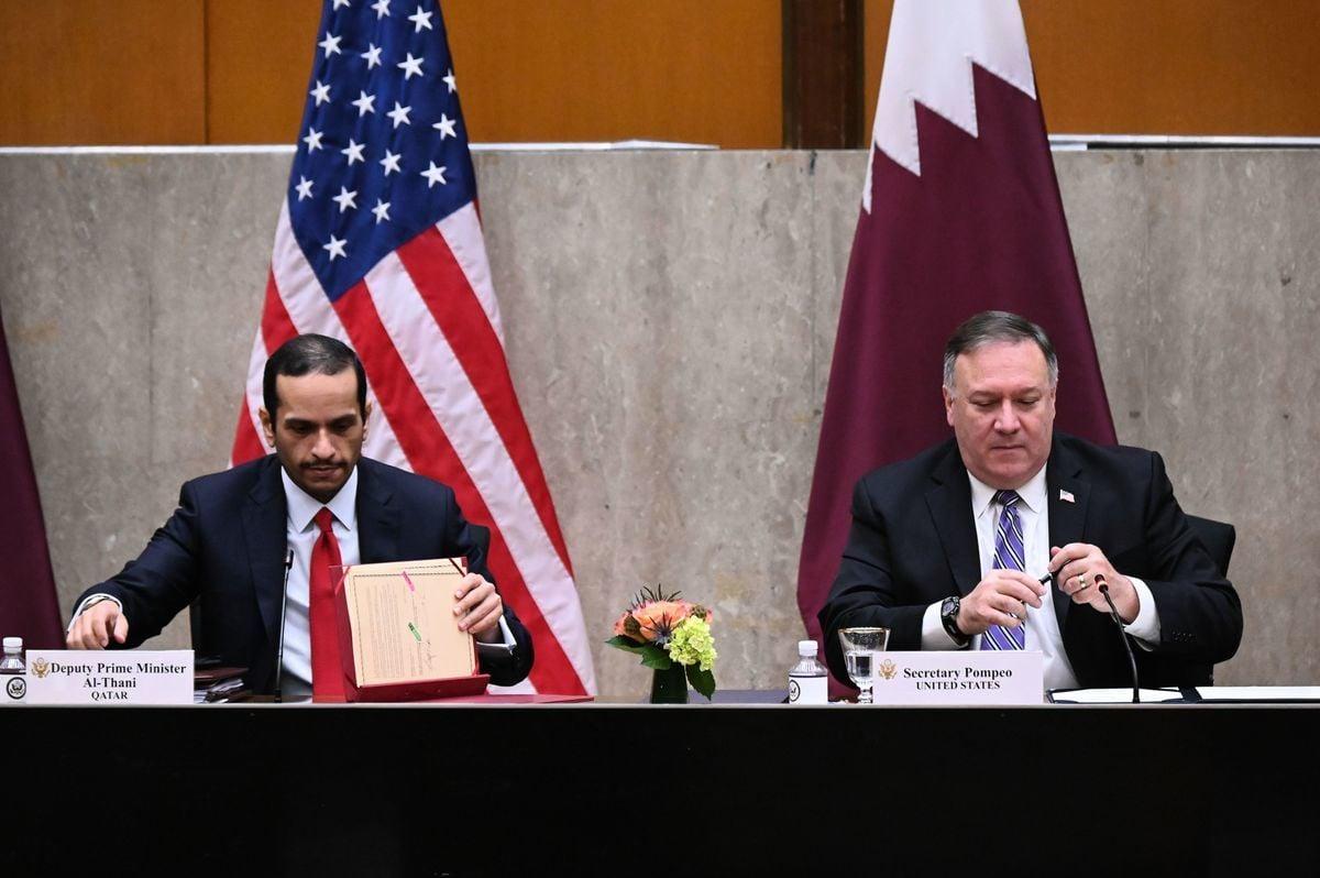 2020年9月14日,美國華盛頓特區,美國國務卿邁克・蓬佩奧(Mike Pompeo)與卡塔爾副總理穆罕默德・本・阿卜杜拉赫曼・阿勒塔尼(Mohammed bin Abdulrahman Al Thani)簽署了備忘錄。(ERIN SCOTT/POOL/AFP via Getty Images)