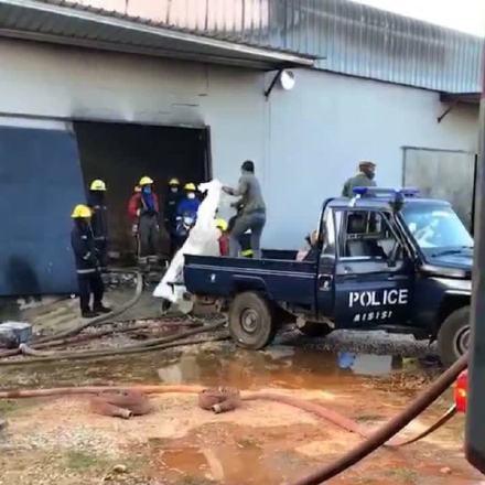 兇犯殺人後焚屍滅跡,消防人員到場滅火。(影片截圖)