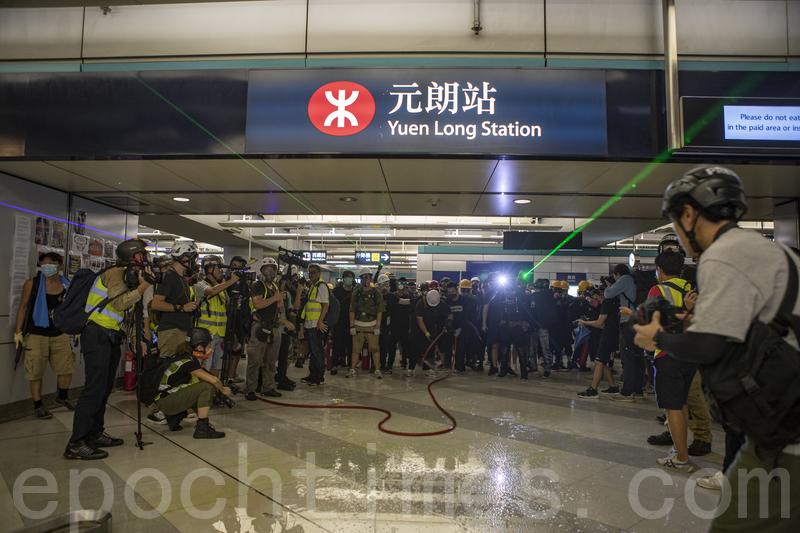 圖為2019年8月21日,香港民眾在元朗西鐵站靜坐抗議7.21元朗恐襲事件,其後遭警方清場,示威者在元朗站建立防線,雙方對峙。(余鋼/大紀元)