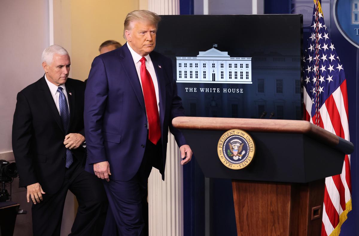 美國大選的僵局,似乎還在繼續。但明眼人已經看出,突破僵局的曙光就在眼前。圖為特朗普總統和彭斯副總統2020年11月24日在白宮宣佈美國股市突破3萬點大關。(Chip Somodevilla/Getty Images)