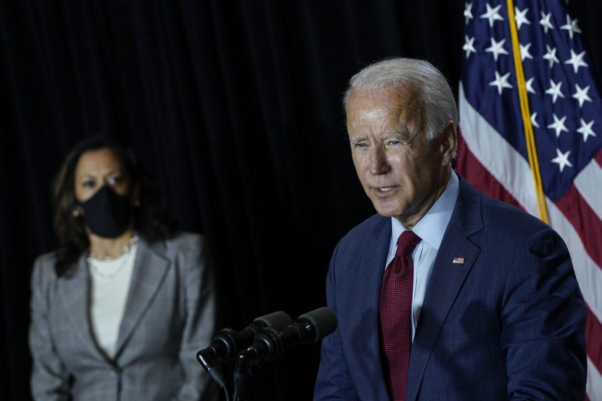 民主黨總統候選人喬.拜登(右)和參議員賀錦麗(加州民主黨)於2020年8月13日在特拉華州威爾明頓舉行的新聞發佈會上講話。(Drew Angerer / Getty Images)