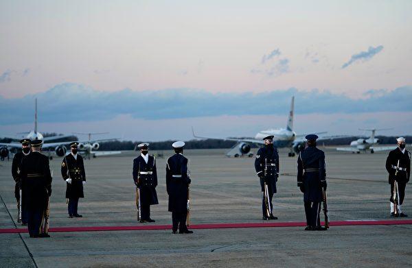 特朗普2020年1月20日早上離開白宮,飛往安德魯斯聯合基地(Joint Base Andrews)舉行離任典禮。圖為士兵鋪上紅地毯。(ALEX EDELMAN/AFP via Getty Images)