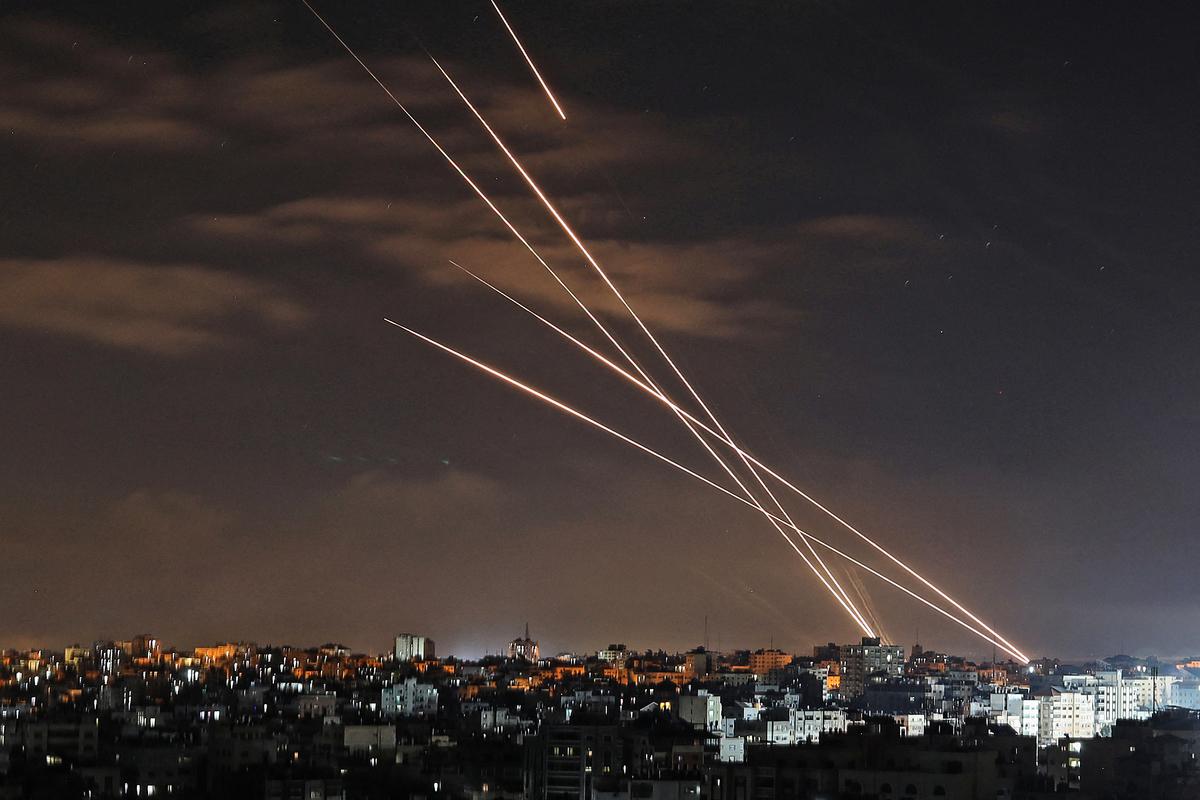 2021年5月16日,從巴勒斯坦哈馬斯運動控制的加沙城向以色列發射火箭彈。(MOHAMMED ABED/AFP via Getty Images)
