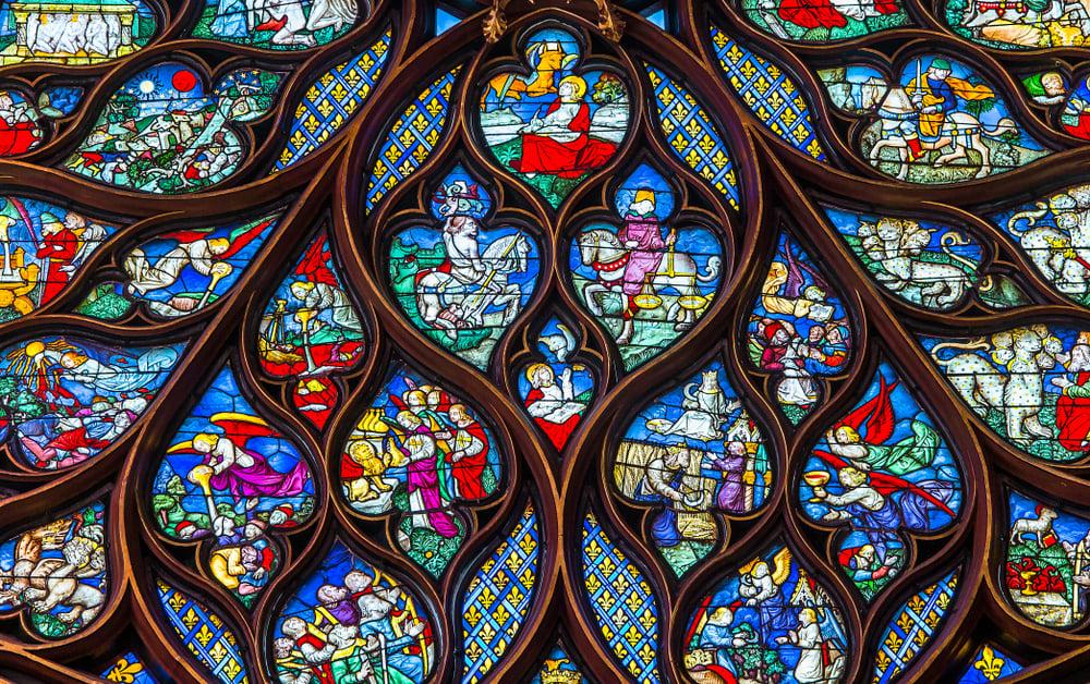 彩色玻璃窗上的細節圖案。(Shutterstock)