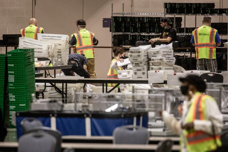 有位在美的非公民稱收到了郵寄的選票,另外開票的影片中我不小心看到了有一家來自於中國的快遞公司郵寄的選票。2020年11月6日,費城會議中心內,選務人員正在處理選票。(Chris McGrath/Getty Images)