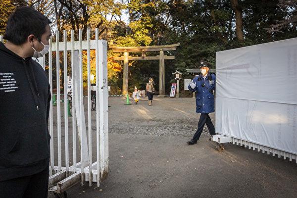 2020年12月31日,日本東京,明治神宮的工作人員正在關閉大門。因配合防疫,明治神宮宣佈在12月31日下午4點關閉大門,避免參拜的人潮聚集。(Yuichi Yamazaki/Getty Images)