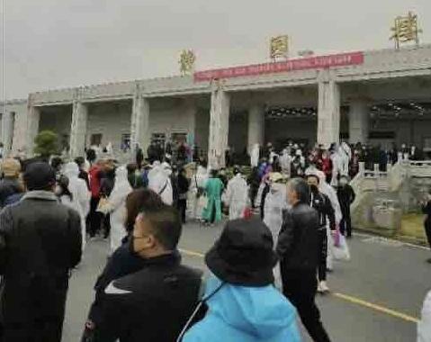 近日,武漢漢口、武昌殯儀館開放,民眾排長隊領取親屬骨灰的影片和圖片在網絡上廣傳。圖為漢口殯儀館前排長龍。(當地民眾提供)