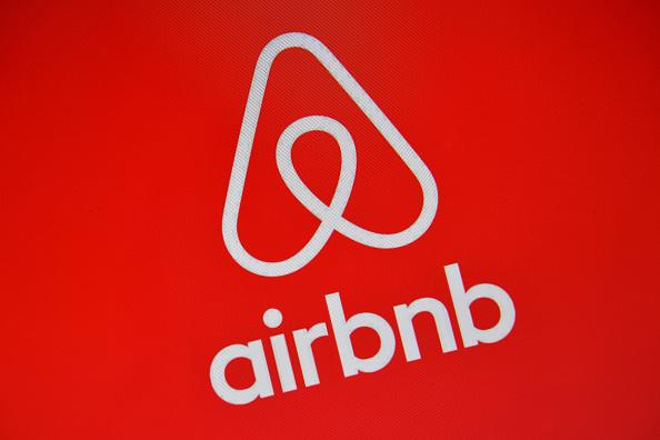 北京實行封閉式管理後,公司總部位於三藩市的民宿短租平台愛彼迎(Airbnb)2月10日表示,暫停北京的房源預訂,直至2月29日。(Carl Court/Getty Images)